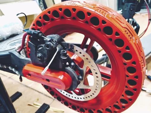 Reparamos pinchazos y arreglamos ruedas de todas las marcas y modelos de patinetes eléctricos